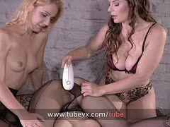 Alice und Mira bearbeiten die Fotze ihrer Strumpfhosen-Sklavin