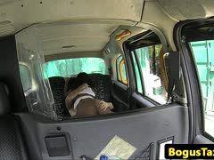 Asiagirl beim gemischtrassigen Bumsen im Taxi