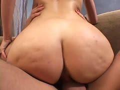 Babe mit Riesen-Booty schleckt jeden Tropfen seines Spermas weg