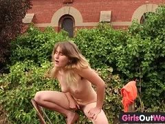 Behaarte Amateurin fummelt sich im Garten solange die Pussy bis sie kommt
