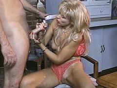 Blonde Milf wichst hingebungsvoll seinen Schwanz