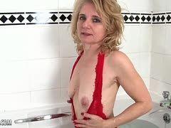 Blonde Oma masturbiert ihre Pelzmöse in der Badewanne