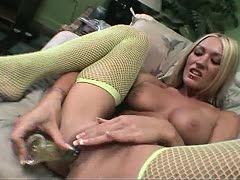 Blonde Schlampe masturbiert wild