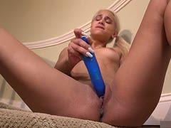 Blondes Flittchen masturbiert mit blauem Plastikpenis