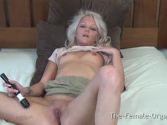 Blondes Girl vibriert sich ihren Kitzler