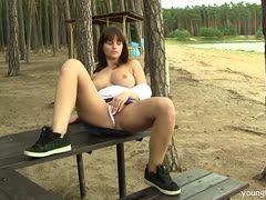 Brünettes Girl fingert sich im Wald