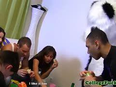 College Girlshaben Gruppenfick mit Maskottchen