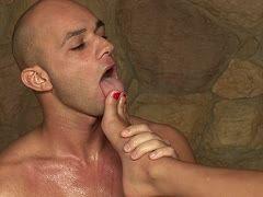 Cristian Devil wichst Pornoschlampe Jasmine Black über die Füße