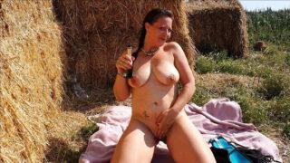 Deutsche BBW MILF mit großen Titten masturbiert im Freien