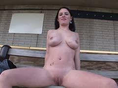 Dunkelhaariges Girl strippt im Freien