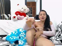 Dunkelhaariges Webcamgirl mir Rieseneutern masturbiert