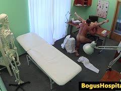 Fake-Doktor bumst heiße Patientin nach intensivem Oralverkehr