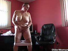 Fette Oma sitzt in Strumpfhosen im Büro und masturbiert!