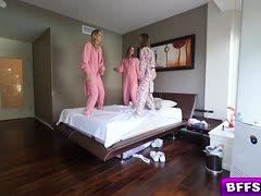 Geiler Vierer bei der Pyjamaparty der drei Mädels