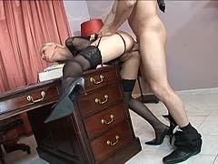 Geschäftsmann knallt Luder auf edlem Schreibtisch
