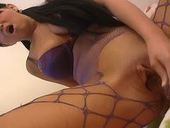 Girl masturbiert in sexy Fishnets