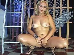 Hässliche blonde Frau wichst sich geil und spendet Golden Shower