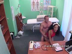 In seiner Praxis fickt der Arzt die schwarze geile Patientin bis ihr Hören und Sehen vergeht