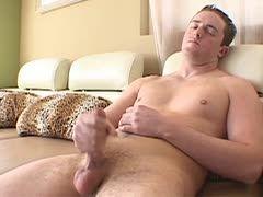 Junger Gay rubbelt sich den Pimmel