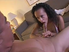 Knackiges exotishes Babe gibt sexy Blowjob