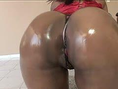 Mega schwarzer Bubble Butt bekommt Ölkur