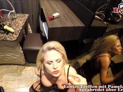 Milf Blondine in Reizwäsche Pamela Deluxe beim Fingern erwischt