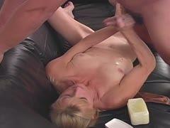 Milf milkt ihn auf ihre Titten