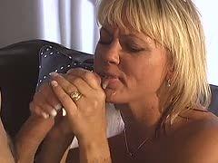 Milf und Teen reiben gleichzeitig Schwänze