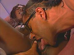 Nach intensivem Oralsex lässt es dieses schwarze Paar auch beim Fick knallen