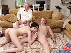 Opa schaut zu wie sein Freund von einem Teen geblasen wird