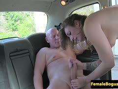 Riesenschwanz fickt Taxifahrerin im Auto