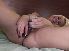 Sexy Cousine bohrt sich mit Dildo die Löcher auf
