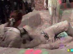 Sexy Lesben kämpfen bei Swingerparty im Schlamm