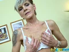 Sexy Oma masturbiert