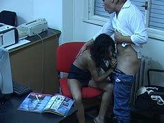 Sicherheitskamera filmt Blowjob im Büro