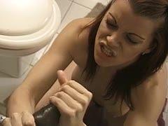 Spermageiles Girl wichst schwarzen Schwanz im Badezimmer