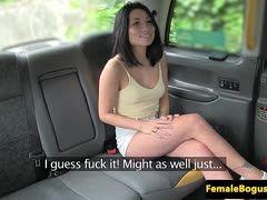 Taxifahrerin fickt lesbischen schwarzhaarigen Fahrgast