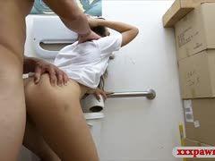 Typ mit dickem Schwanz bumst heiße Stewardess auf der Toilette