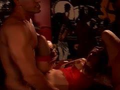 Versautes Luder am Pokertisch von zwei Kerlen gefickt