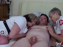 Zwei alte Krankenschwestern kümmern sich um den Patienten