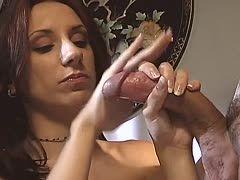 Zwei Frauen melken Schwengel bis die Eier platzen