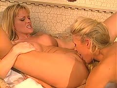 Zwei Lesben beim Dildofick