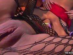 Zwei pralle sexy Lesben im Netzoutfit lecken sich ihre Mösen aus