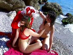 Zwei Tittenluder beim Sex zu dritt am Strand